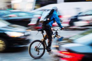 Steigende Urbanisierung, hohe Geschwindigkeit, kleiner Umwelt-Fußabdruck. Das perfekte Rezept, um durch Fahrradkuriere mehrere Fliegen mit einer Klappe zu schlagen. fotolia.com © Christian Müller