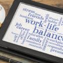 Work-Life-Balance-Wortwolke auf Tablet PC