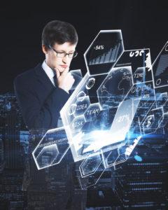 Mann, der Laptop mit Diagrammen verwendet