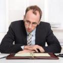 Geschäftsmann am Schreibtisch mit Problemen, Druck und überarbeitetem Sitzen