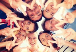 Gruppe Jugendliche, die Finger Geste zeigen