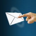 Finger drückt auf ein Email Icon