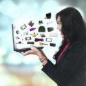 Fröhliche Frau mit E-Commerce-Produkten