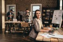 Personen in einem Büro