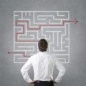 junger Geschäftsmann der roten Pfad durch Labyrinth verfolgt