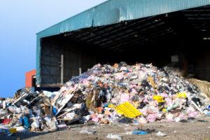 Müll in einem Abfallentsorgungszentrum angehäuft