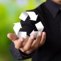 Recycling Symbol in Hand von Geschäftsmann