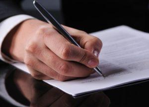 Geschäftsmann unterschreibt einen Vertrag