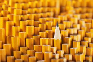 Mehrere Bleistifte, von einem ist Spitze zu sehen