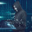 Mann mit Kapuze mit anonymous Maske schreibend auf virtueller Tastatur