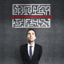 Geschäftsmann, der Labyrinth betrachtet
