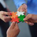 Eine Gruppe von Personen steckt Puzzleteile zusammen
