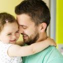 Mann hält junges Mädchen