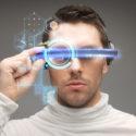 Mann mit futuristischer Brille