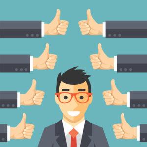 Glücklicher Geschäftsmann und viele Hände mit den Daumen oben. Likes und positives Feedback-Konzept
