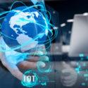 Doppelbelichtung der Hand Wort di des Internet der Sachen (IoT) zeigend