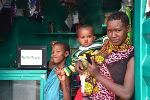 Frau mit Kindern im Kiosk