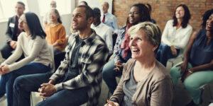 Glückliche Leute auf einer Versammlung