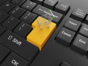 Kauf von Waren über den Online-Shop. Tastatur mit einem Wagen an