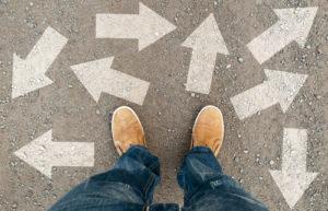 gelbe Stiefel auf der Straße mit Pfeilen