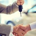 Nahaufnahme von Handshake in Auto Show oder Salon