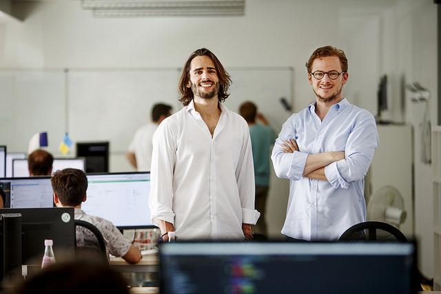 Die Gründer und Geschäftsführer der Helpling GmbH Philip Huffmann und Benedikt Franke in ihrem Berliner Büro. Foto: Helpling