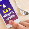 Hand-Touch-Smartphone und Ohrhörer mit Influencer Marketing
