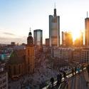 Sonnenuntergang mit Wolkenkratzer in der Frankfurter Innenstadt