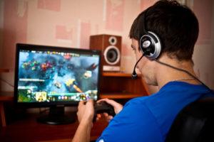 Mann spielt ein Computer Spiel