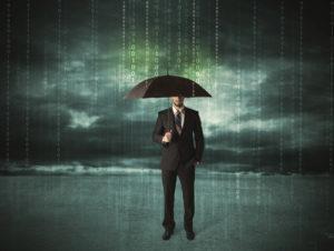 Geschäftsmann, der mit Regenschirmdatenschutzkonzept steht