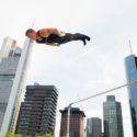 Fabian Hambüchen zeigt seine Routine am Reck über den Dächern Frankfurts