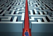 Mann vor Labyrinth mit Vision