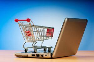 Internet-Online-Shopping-Konzept mit Computer und Warenkorb