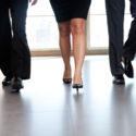 Niedriger Abschnitt von den Wirtschaftlern, die entlang den Bürokorridor gehen