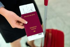 Frau mit Reisepass