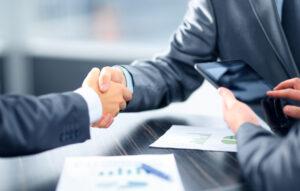 Businessleute schütteln Hände im Büro