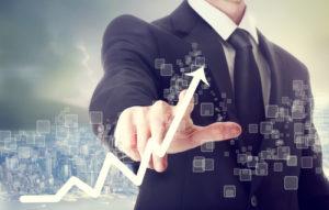 Geschäftsmann berührt ein Diagramm welches Wertsteigerung Symbolisiert