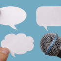 Leere Sprechblasen mit Mikrofon