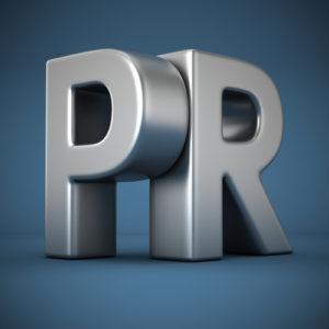 PR auf blauem Hintergrund