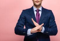 Businessmann markiert mit Hand Stopp