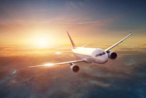Flugzeug im Himmel bei Sonnenuntergang
