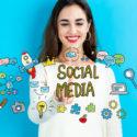 Social Media-Konzept mit junger Frau