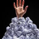 Hand aus Haufen von Papieren zu erreichen