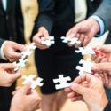 Teamwork - Geschäftsleute, die ein Puzzlespiel lösen