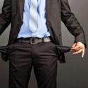 Geschäftsmann, der seine leeren Taschen zeigt