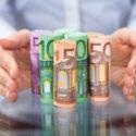 Handschutz rollte oben Eurobanknote