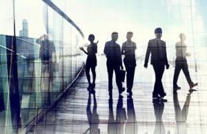 Schattenbilder von Geschäftsleuten im Bewegungsunschärfe-Gehen