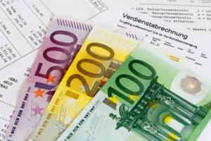 Gehaltsabrechnung mit Banknoten