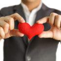 Geschäftsmann gibt ein rotes Herz
