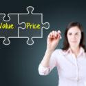 Geschäftsfrau, die ein Wert-Preispuzzlespielkonzept auf dem virtuellen Schirm zeichnet. Blauer Hintergrund.